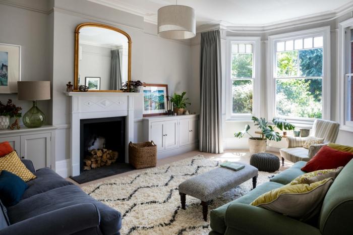 hygge wohnzimmer mit kamin und spiegel zwei sofas in grün und blau hyggelig wohnen ideen und inspiration 2021