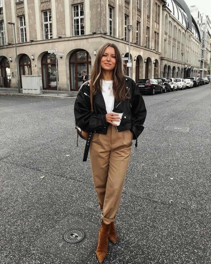 ideen street style beige weite hose oversized schwarze jacke hose mit hohem bund dame mit langen haaren