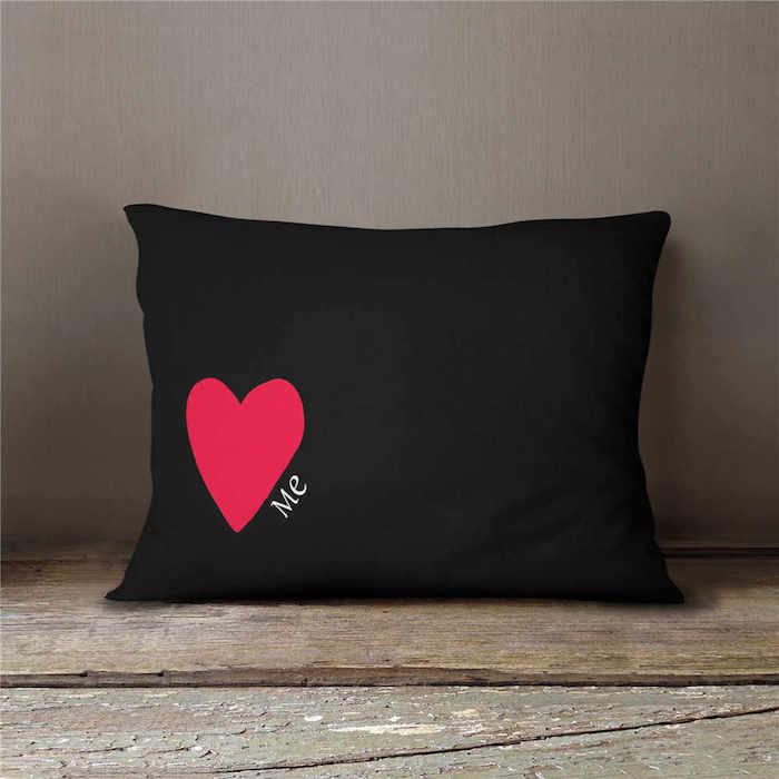 ideen valentinstag geschenke für valentinstag valentinstag geschenk frau schön valentinstag kopfkissen schwarz mit rotem herzen