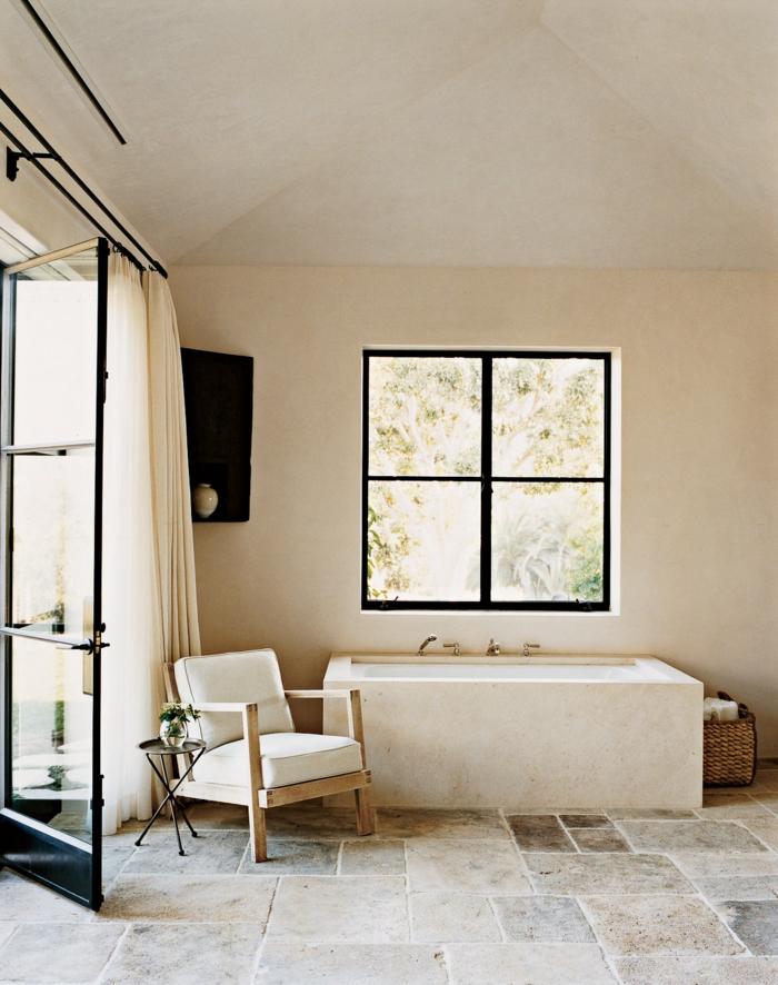 inneneinrichtung inspiration minimalistische gestaltung beige farben moderner stuhl weiße polsterung fenster mit schwarzen rahmen hygge einrichtung