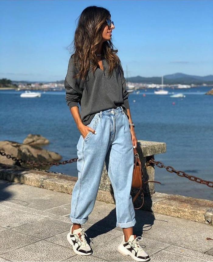 inspiration casual outfit weite jeans mit hohem bund weiße sneakers graues oversized sweatshirt braune tasche