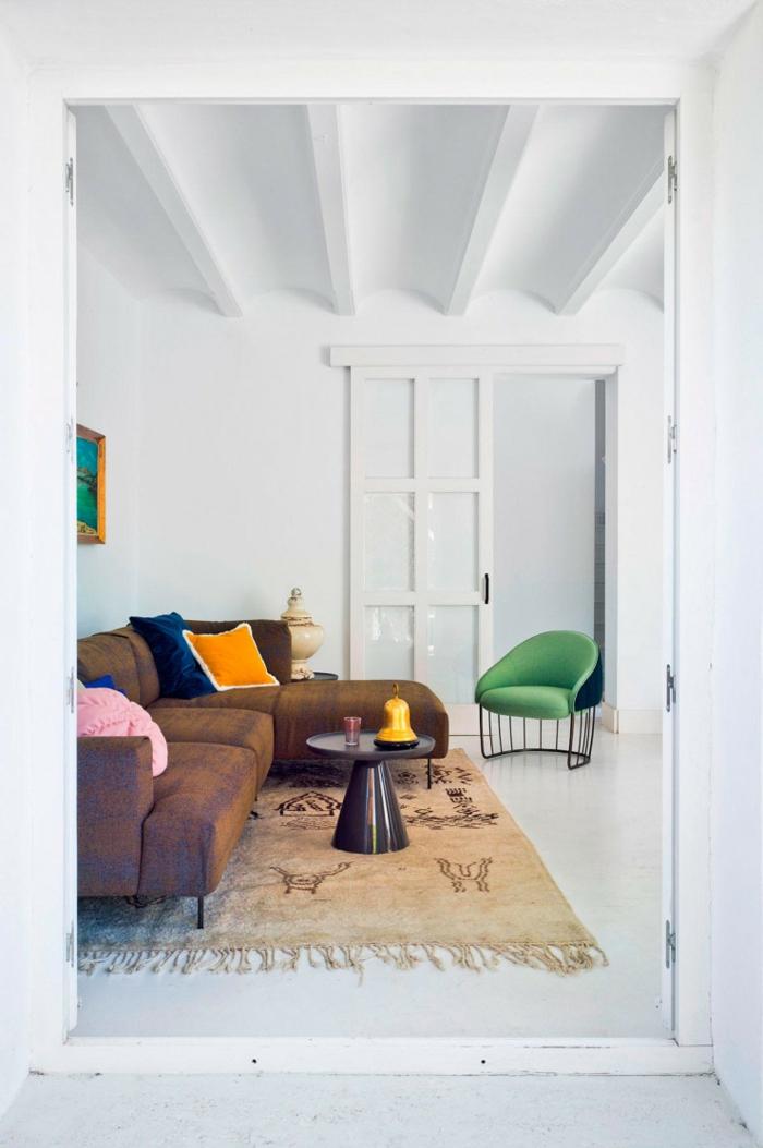 inspiration moderne innenrinrichtung modernes ecksofa deko bunte kissen grüner sessel beiger teppich was ist hygge wohnzimmer einrichten inspiration