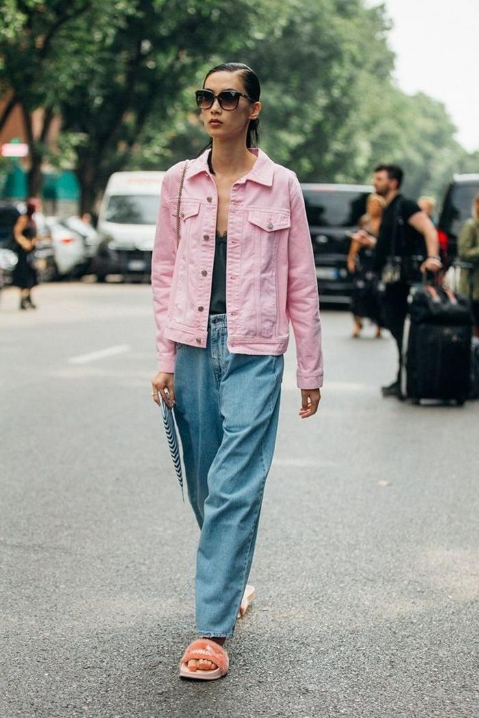 inspo street style pinke jeans jacke weite hellblaue jeans damen casual outfit inspiration große runde sonnenbrillen flaushige schuhe
