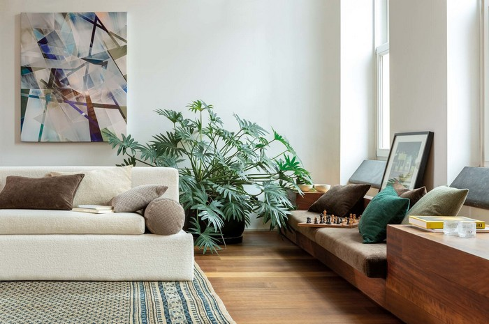 japanische einrichtung wabi sabi wohnzimmer japanischer stil wabi sabi interior weißes sofa holzschrank große pflanze