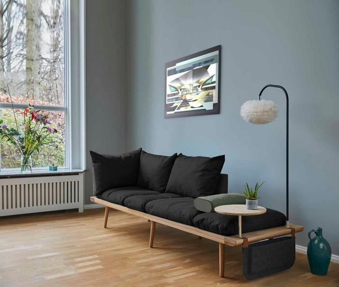 japanischer einrichtungsstil wabi sabi interor wabi sabi wohnen wohnzimmer japanisch einrichten japanischer minimalismus japanisches wohnzimmer graues sofa standlampe bild graue wände