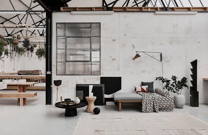 japanischer einrichtungsstil wabi sabi wohnen japanische einrichtung wabi sabi interior wohnzimmer japanisch einrichten minimalistische möbel kleine tische erdige farben