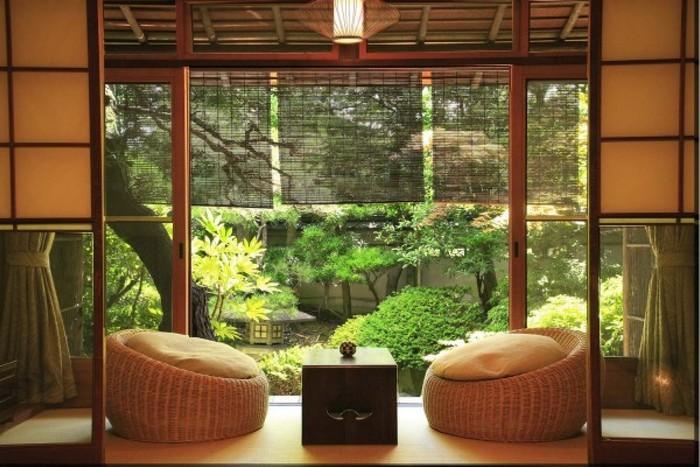japanischer einrichtungsstil wabi sabi wohnen japanische inneneinrichtung wabi sabi sessel aus stroh teetisch klein schwarz garten grünen pflanzen