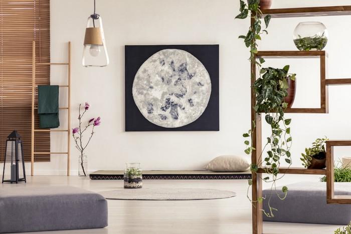 japanischer einrichtungsstil wabi sabi wohnen japanisches wohnzimmer japanische einrichtung minimalistisch regal fotoplakat mond lampen aus glas weiße wände