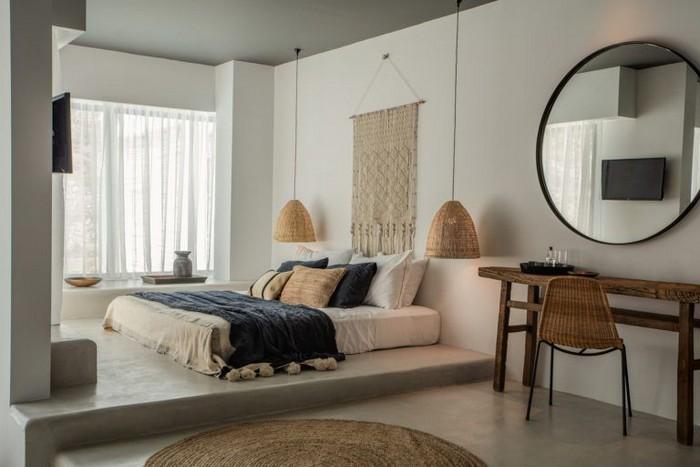 japanischer einrichtungsstil wabi sabi wohnen wabi sabi japanische wohnung japanisches schlafzimmer wabi sabi interior runder spiegel niedriges bett blaue decke holztisch stuhl