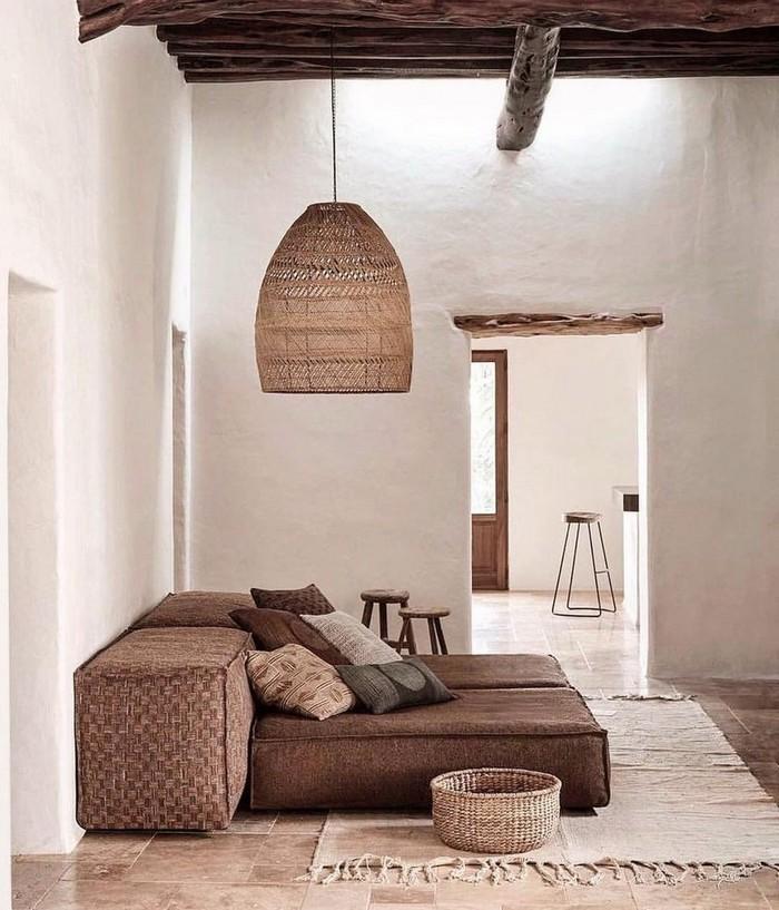 japanischer minimalismus japanische wohnung wabi sabi interior japanischer einrichtungsstil wohnzimmer niedriger sofa braun papierlampe