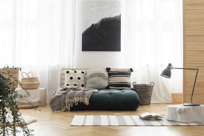 japanischer minimalismus japanisches wohnzimmer einrichten wabi sabi interior japanisches einrichtungsstil wabi sabi großes sofa dunkelgrau mit kissen wandbild stehlampe holzboden