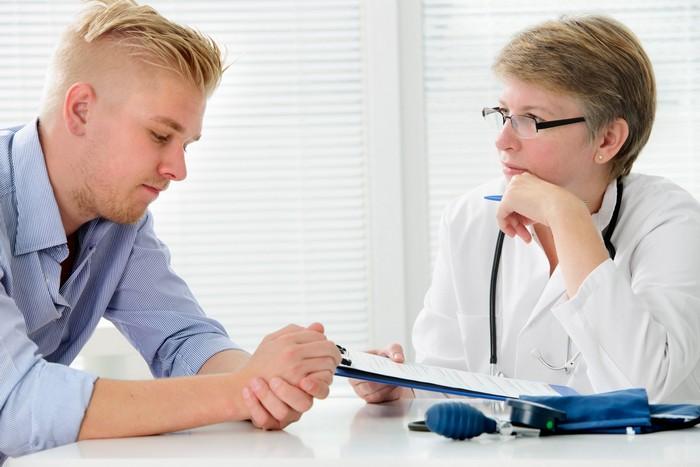 jeden tag kopfschmerzen migräne was hilft kopfschmerzen arten einseitige kopfschmerzen mann konsultirt mit dem arzt