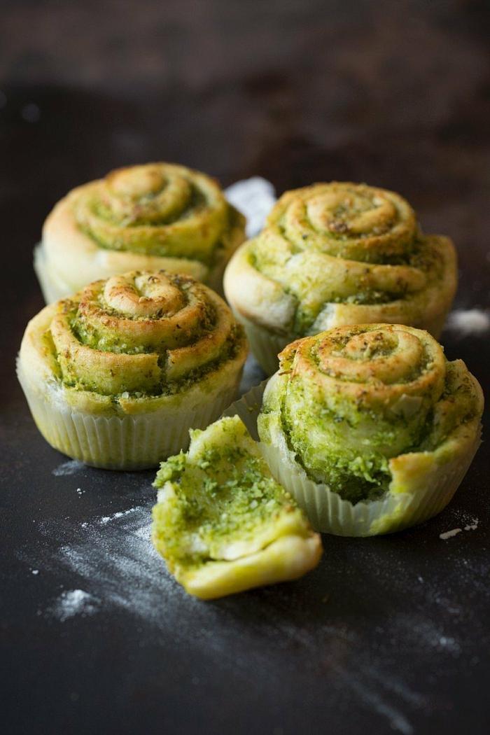 kleine grüne bärlauch muffins mit gemüse und bärlauch blättern