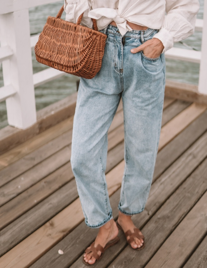 kleine korbtasche sommer outfit inspiration helle slouchy hose legeres outfit mit weiten jeans weiße bluse