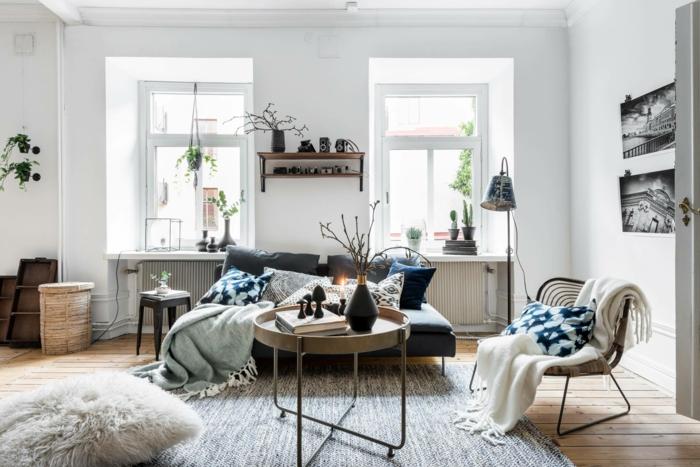 kleines wohnzimmer gemütlich einrichten mit vielen flauschigen kissen und decken hyggelig wohnen ideen und inspo
