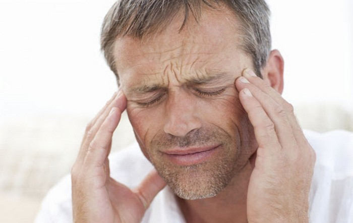 kopfschmerzen beiden seitenkopfschmerzen ursachen was tun bei kopfschmerzen migräne was hilft mann hält den kopf beiden seiten kopfschmerzen