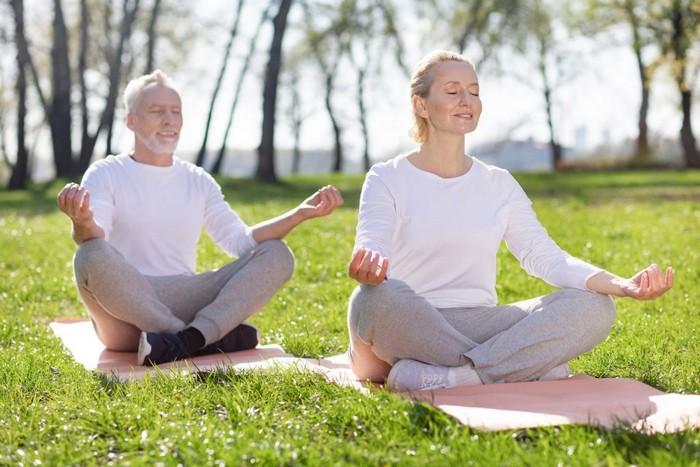 kopfschmerzen links jeden tag kopfschmerzen was tun bei kopfschmerzen kopfschmerzen was tun tipps gegen kopfschmerzen meditieren frau und mann auf einer wiese