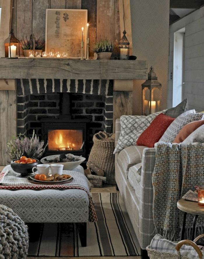kuscheliges wohnzimmer mit kamin hygge möbel großes gemütliches sofa grau mit bunten deko kissen