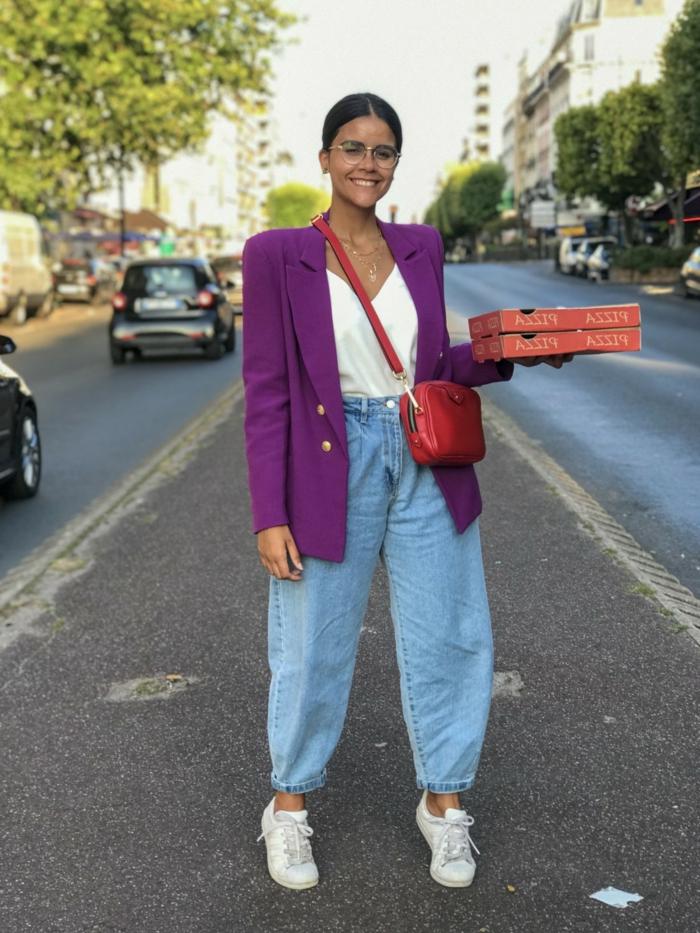 lässiges outfit inspo street style oversized blazer in lila weißes top jeans mit hohem bund weit weiße sneakers rote minitasche