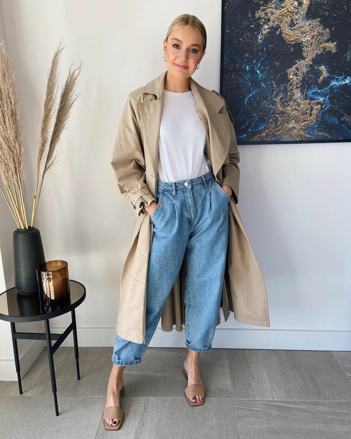lässiges outfit wochenende langer beiger trenchcoat weite jeans dame weißes t shirt mode inspiration 2021