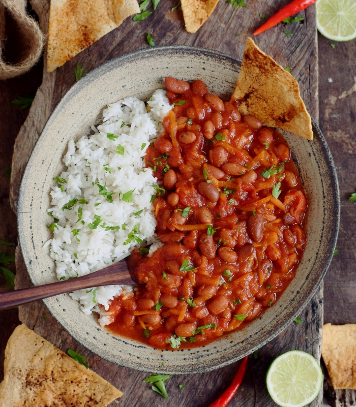löffel ein teller mit gericht mit mais chili paprika fleisch kreuzkümmel und zwiebeln chili con carne