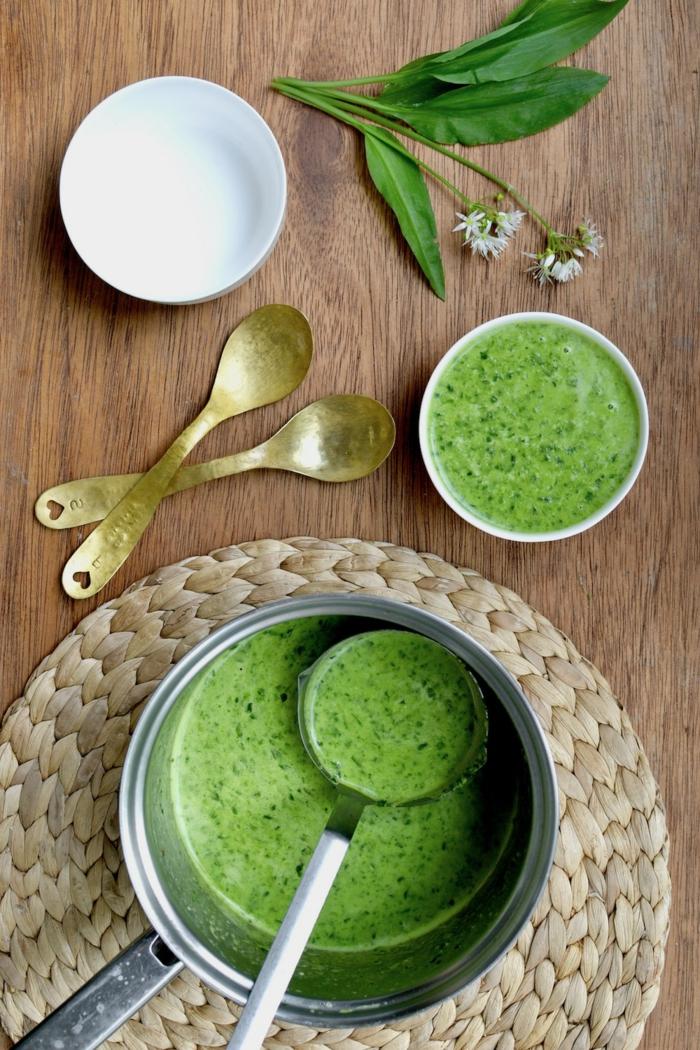 löffel tisch aus holz bärlauchsuppe rezept eine schüssel mit grüner suppe frischer bärlauch