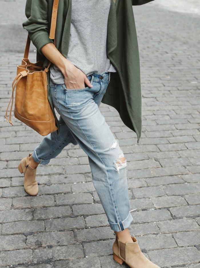 lange grüne jacke midi braune tasche wide leg jeans damen casual outfit graues t shirt style inspo