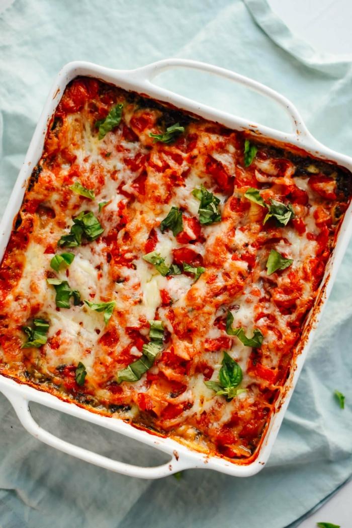 lasagne mit tomaten soße faschiertes und käse und frischen basilikum blättern