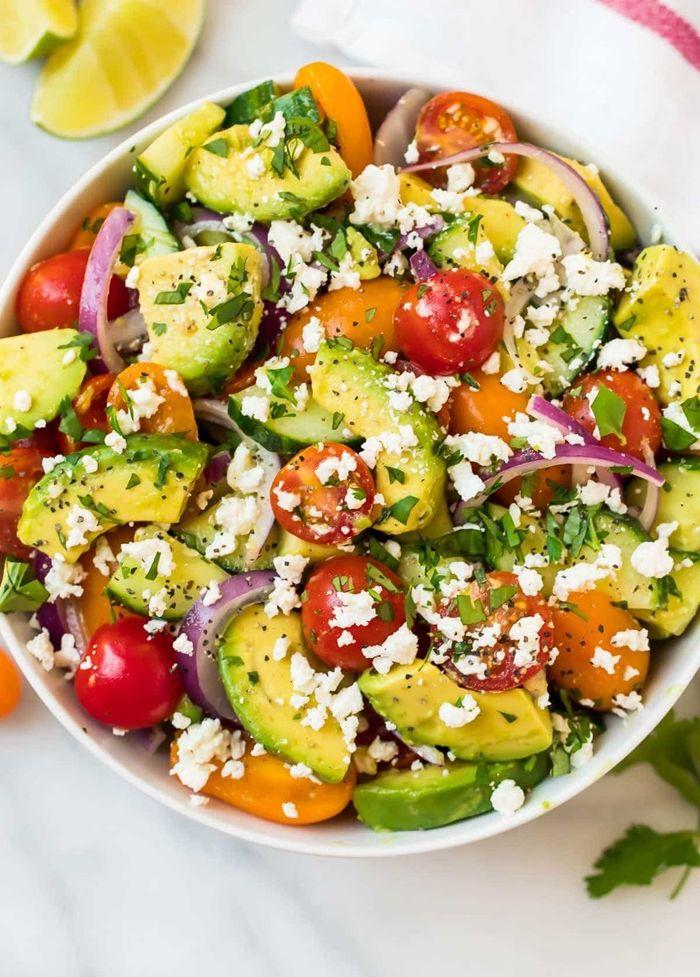 louwen ernährung gesunder salat für schwangere avocado cherry tomaten ziegenkäse