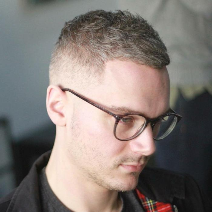 mann mit runden sonnenbrillen moderne männerfrisuren ideen frisuren männer für lockige haare