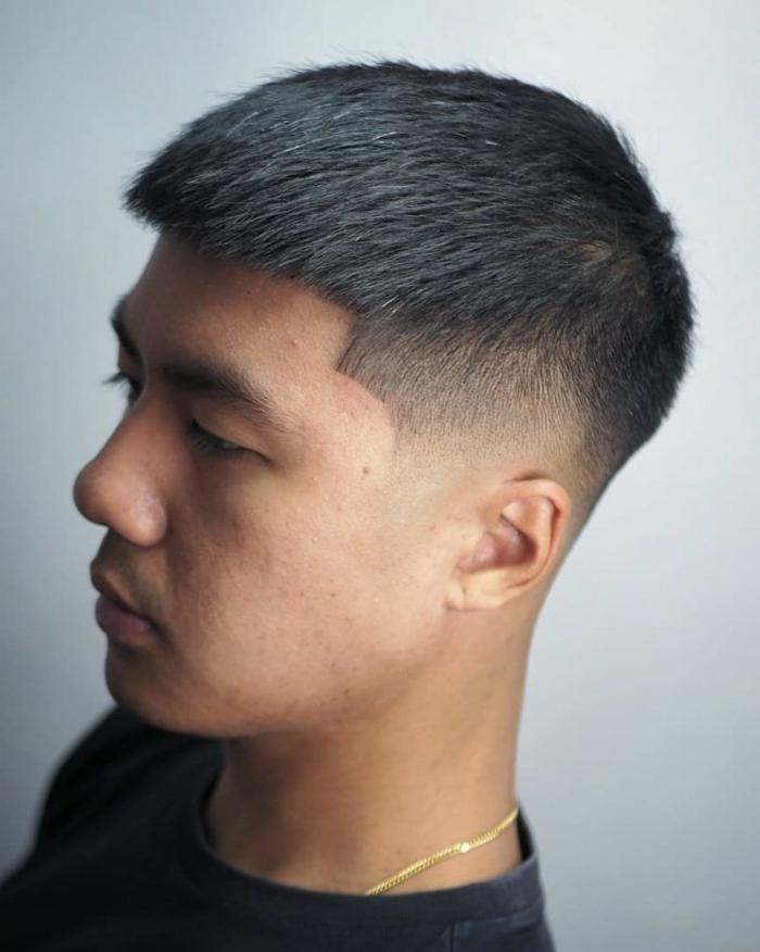 mann mit schwarzen haaren moderne männerfrisuren kurze haarschnitte herren schwarzes t shirt