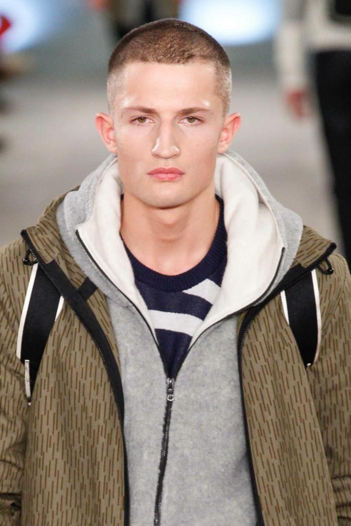 meckifrusur herren model fashion show männerfrisuren undercut inspiration sportliches outfit