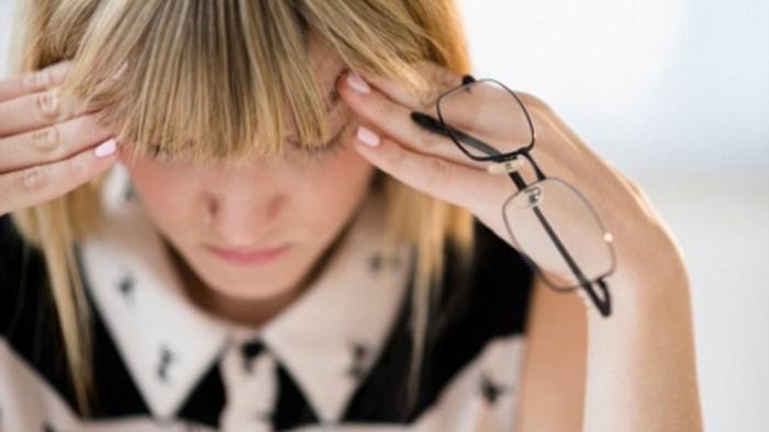 migräne was hilft stechende kopfschmerzen ständig kopfschmerzen tipps gegen kopfschmerzen blonde frau hält ihren kopf