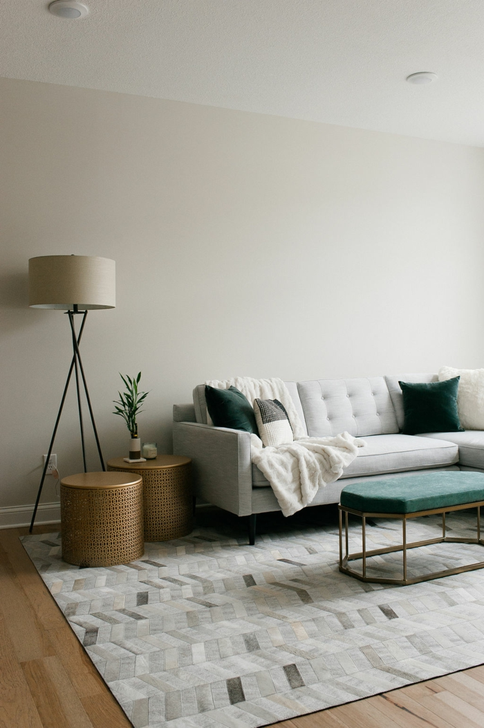 minimalistische inneneinrichtung kleines weißes sofa was ist hygge einrichtung skandinavische inspiration interior design 2021
