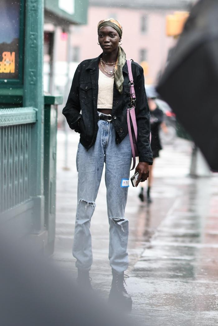 mode inspiration 90er mom jeans mit löchern schwarze jacke lässiges outfit dame mit langen haaren