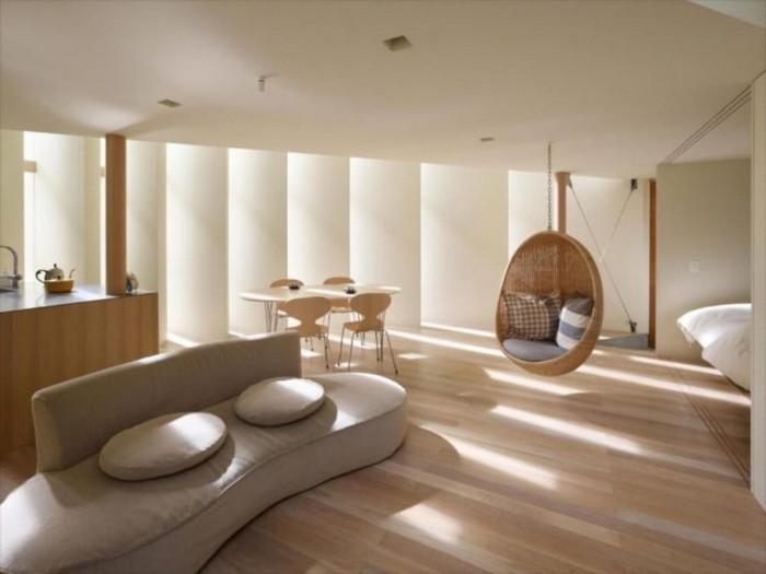 moderne japanische wohnung japanisches wohnzimmer wabi sabi interior hängesessel aus stroh kissen sofa in natürlichen formen holzboden