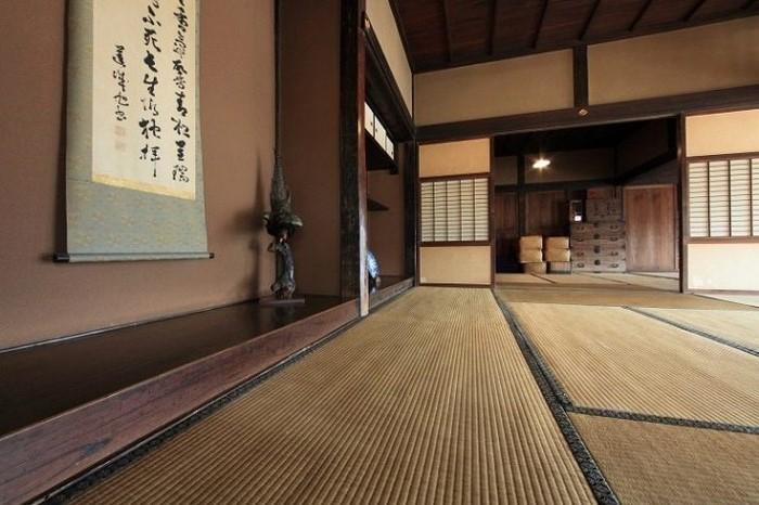 moderne japanische wohnung wohnzimmer japanischer stil japanisches wohnzimmer wabi sabi interior holzboden rosa braun wandfarbe plakat japanisch