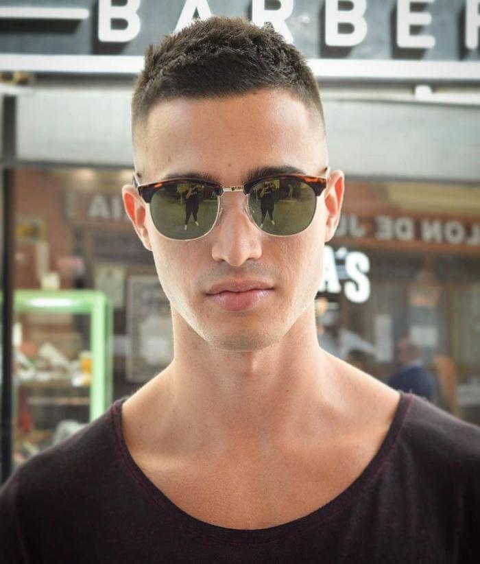 moderne schwarze sonnenbrillen männerfrisuren kurz 2021 lässiges schwarzes t shirt braune haare