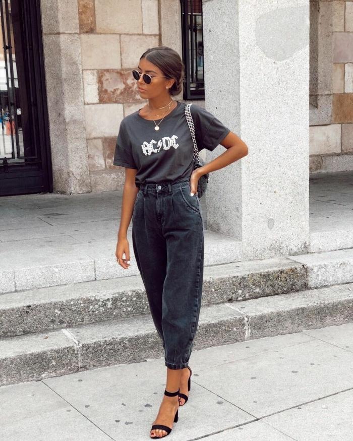 monochromes schwarzes outfit ac dc t shirt grau schwarze mom jeans lässiger street style inspiration