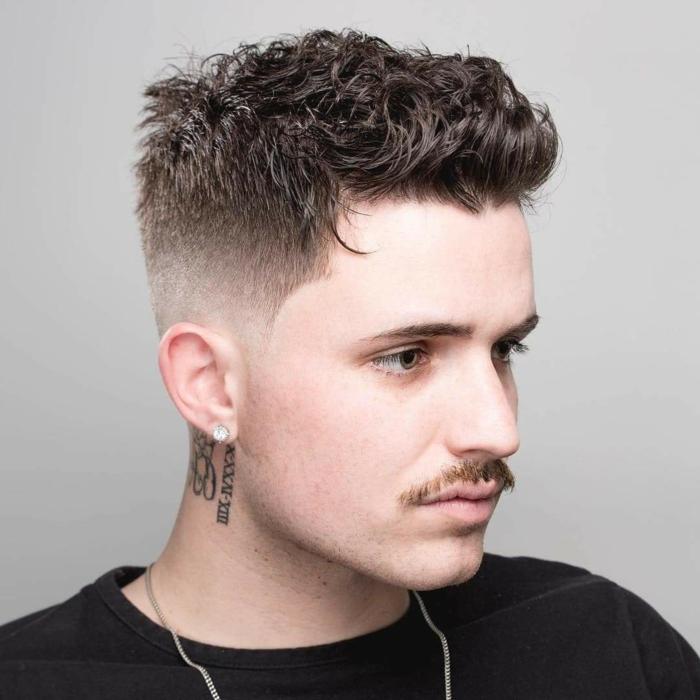 nackentattoos frisurentrends 2021 männer herren frisuren kurze haare diamantohrring klein schwarzes t shirt moderne kurzhaarfrisuren