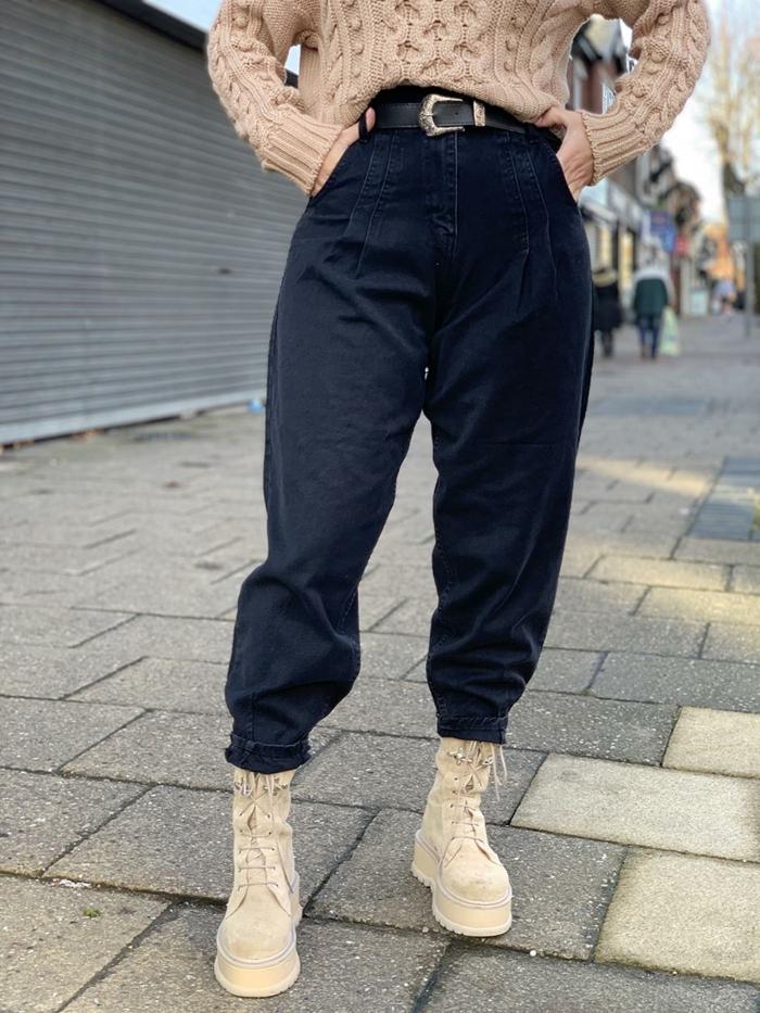 nahaufnahmen outfit casual beiges pullover schwarze mom jeans herbst street style ideen und inspiration
