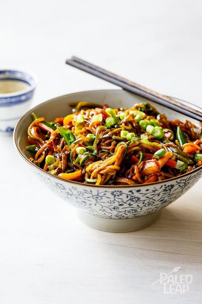 nudeln mit soße lo mein rezept japanisches gericht mit gempse und pasta
