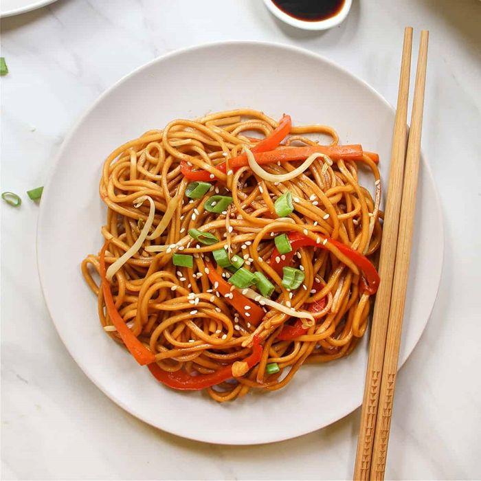 nudeln mit soße pasta mit tomatensauce paprika und kräutern leckere rezepte