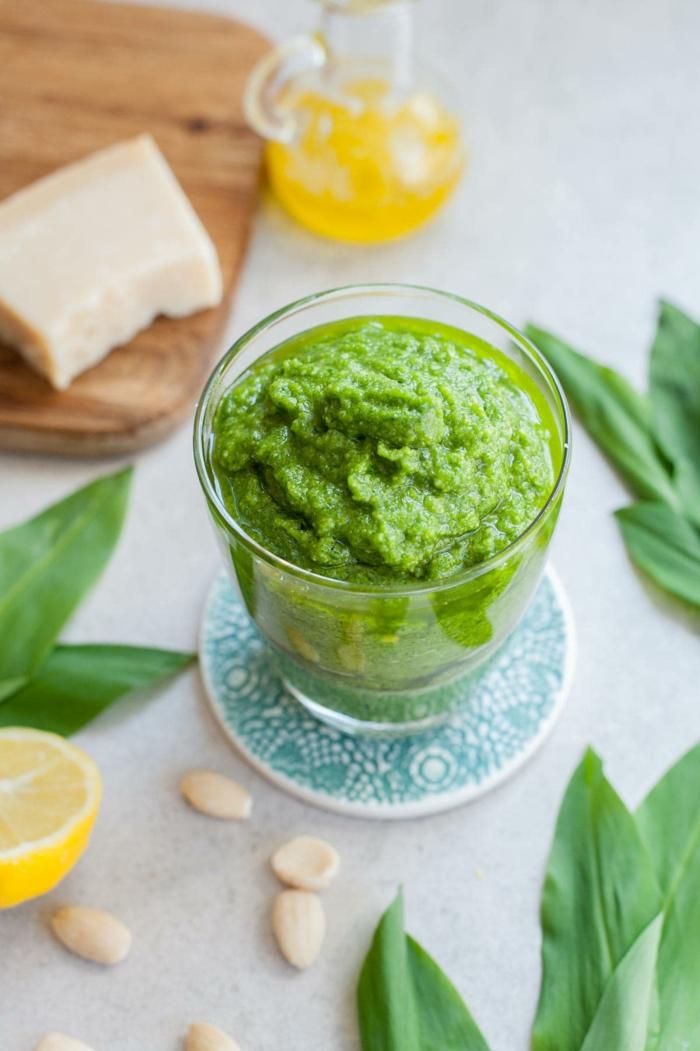 olivenöl und parmesan vegane rezept ein brett aus holz ein glas mit grünem pesto