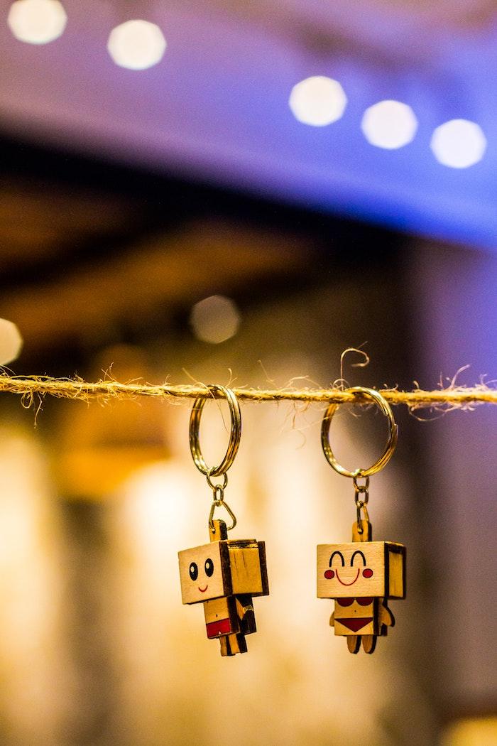 originelle geschenkideen finden wanapix de zwei schlüsselhänger figuren aus holz geschenkideen zum anlass