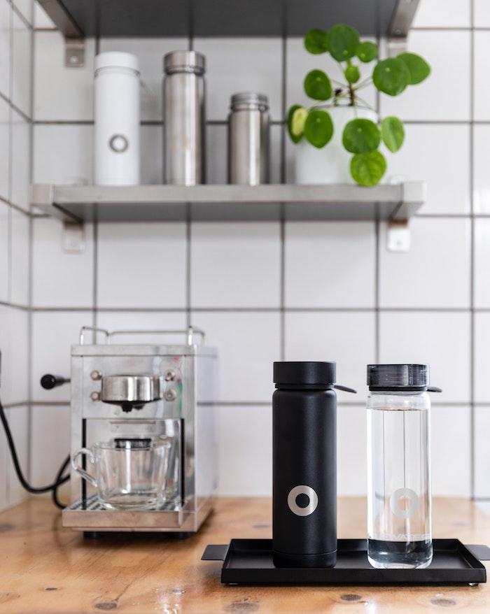 originelle geschenkideen geschenke zu jedem anlass auswählen zwei flaschen thermoflasche schwarz plastik flasche durchsichtlich auf dem tisch kaffeemaschine