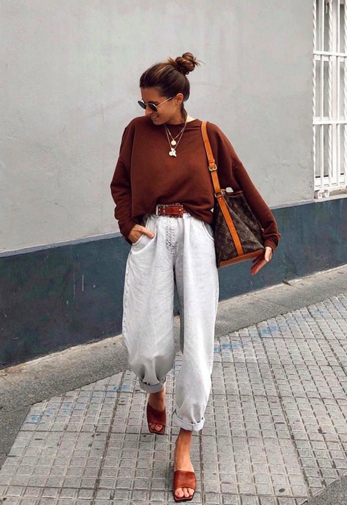 oversized brauner pullover mit weißen jeans mit hohem bund braune schuhe sommer herbst outfit inspiration