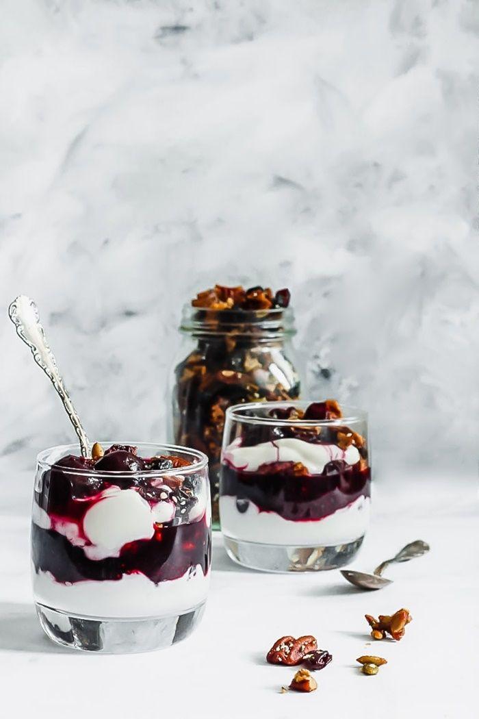 parfait rezepte und ideen nahtisch im glas mit sahne und kirschen verschiedene schichten dessert