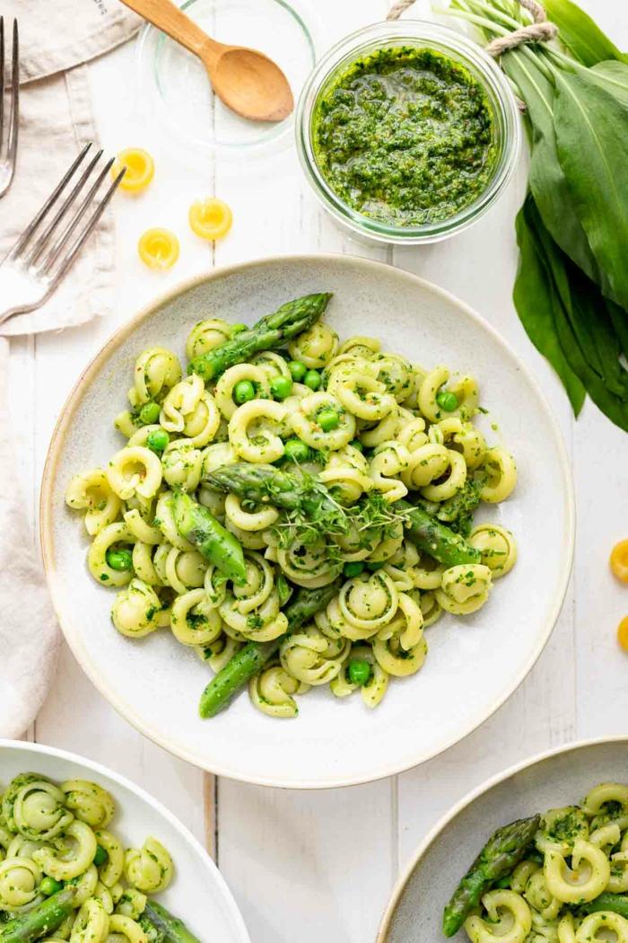pasta mit grünem bärlauch pesto bärlauch rezepte eine gabel teller mit pasta