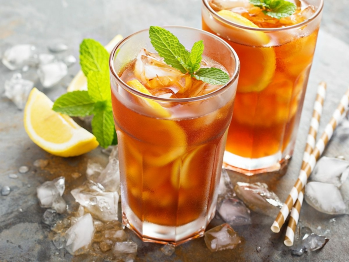 pfirsich eistee selber machen rezept geschnittene zitrone gläser mit eistee